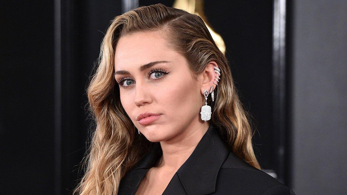 """Miley Cyrus abbandona la dieta vegana e ammette: """"Il mio cervello soffriva moltissimo"""""""