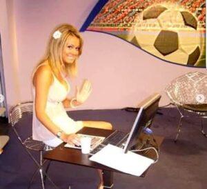 Diletta Leotta in una redazione sportiva