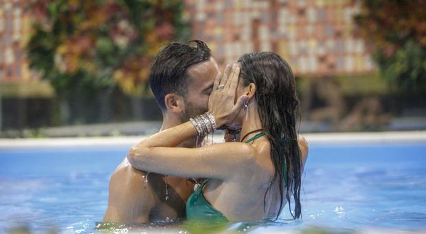GF Vip 5, Pierpaolo Pretelli ed Elisabetta Gregoraci sempre più vicini: scatterà il secondo bacio?