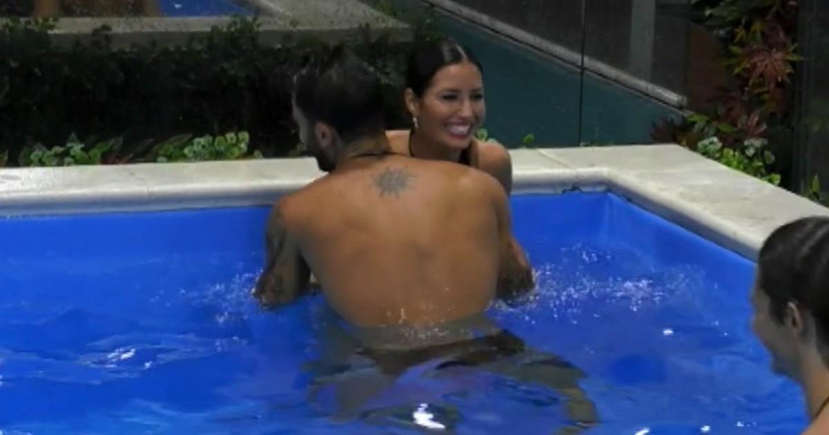 Elisabetta Gregoraci hot al Grande Fratello Vip 5: lato B in mostra in piscina
