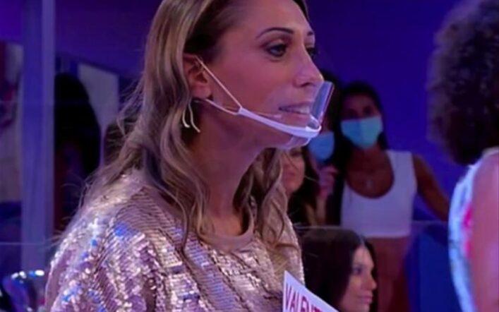 Addio alle mascherine trasparenti in TV? Non sono sicure contro il coronavirus secondo il Cts