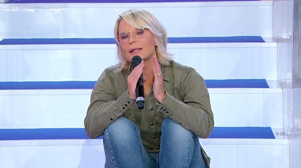 """Uomini e donne, Maria De Filippi a Michele: """"Ma hai un succhiotto sul collo?"""""""