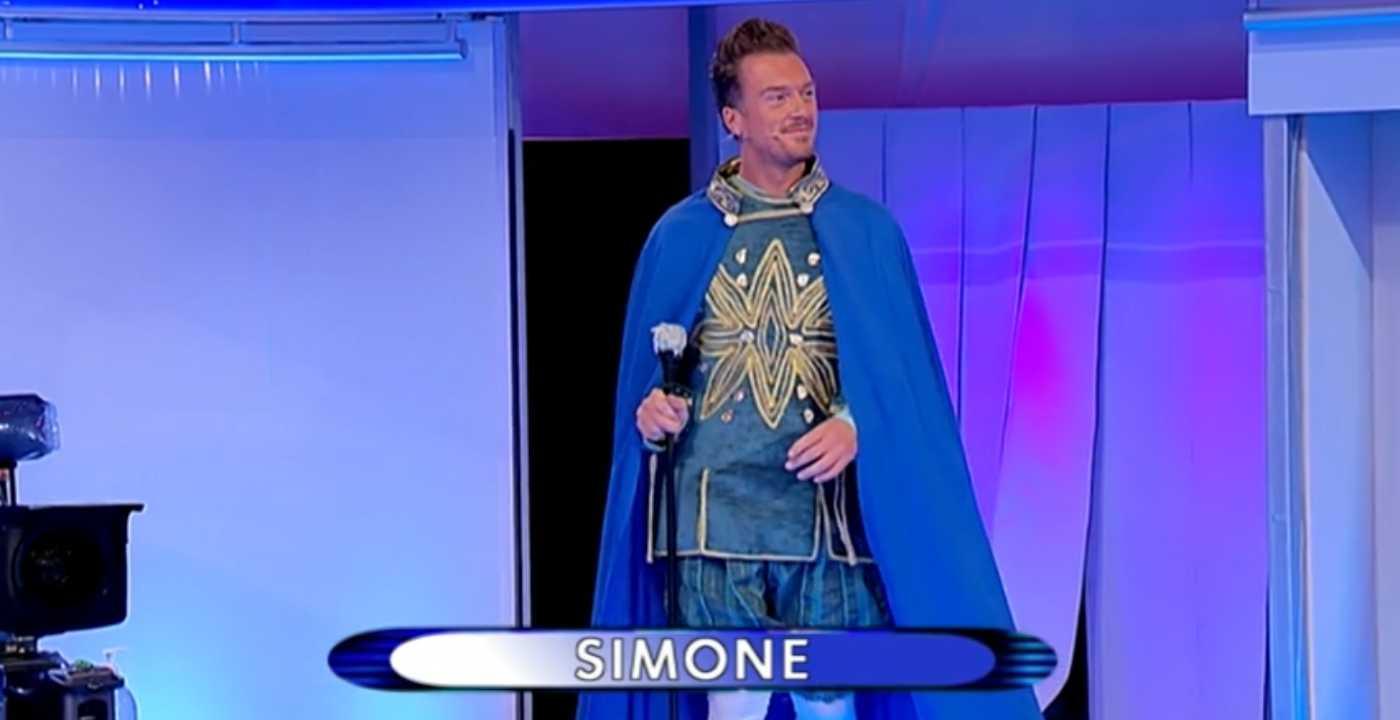 Uomini e Donne, la sfilata di Simone viene bocciata da Gianni e Tina (video)