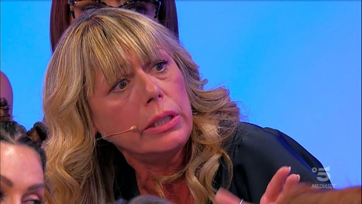 """Uomini e Donne, Tina e Gianni contro la dama Aurora: """"Sei falsa"""" (video)"""