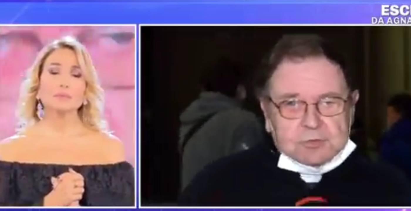 Barbara d'Urso, un prete sostiene che i gay siano da curare: è scontro in diretta (video)