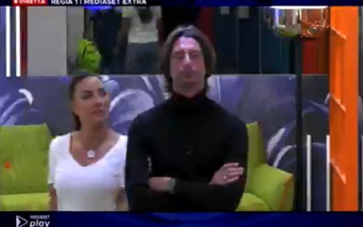 Francesco Oppini fermo davanti alla porta rossa, Selvaggia lo porta via come in un film (VIDEO)