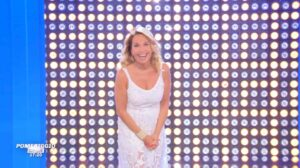 Barbara d'Urso a causa di problemi di regia manda la pubblicità e saluta le persone in collegamento