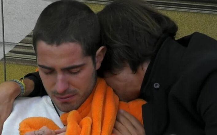 """Tommaso Zorzi si rasa i capelli e poi scoppia in lacrime con Oppini: """"Senza di voi muoio"""" (VIDEO)"""