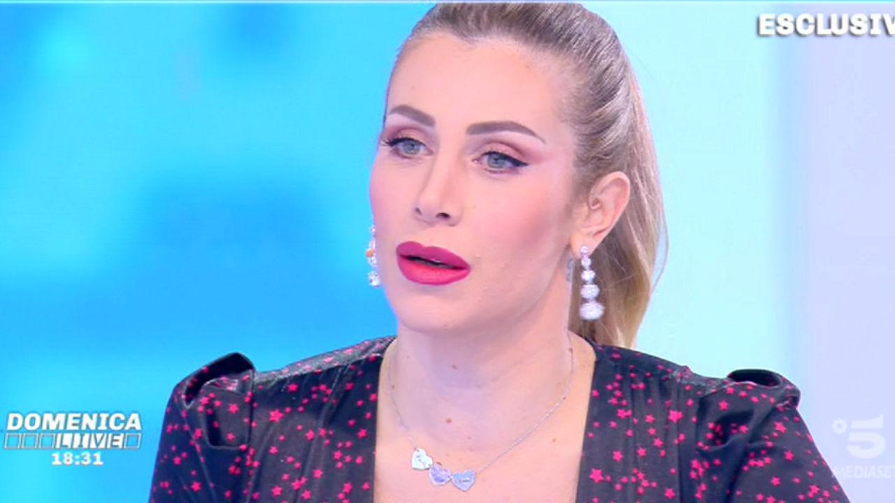 """Domenica Live, Paola Caruso sulla madre biologica: """"Cercava follower e soldi"""""""