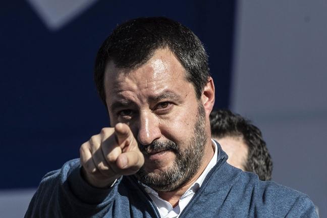Matteo Salvini saluta in pubblico