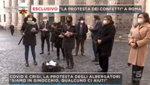 La protesta dei confetti in scena a Roma