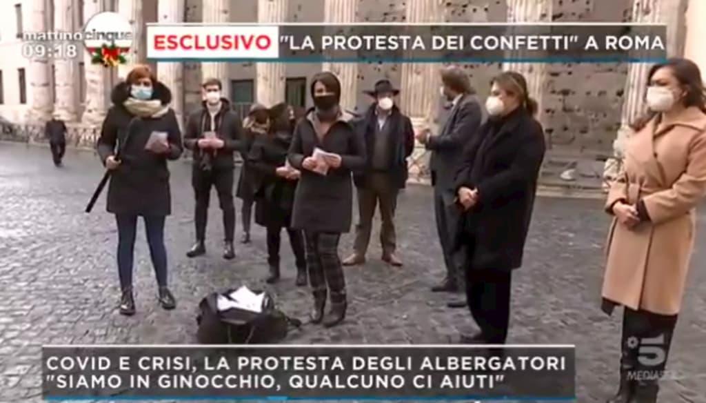"""La protesta dei confetti contro i parlamentari italiani: """"Due anni senza lavoro"""""""