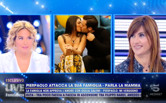 """La mamma di Pierpaolo Pretelli ospite a Live non è la d'Urso: """"Contento lui"""""""