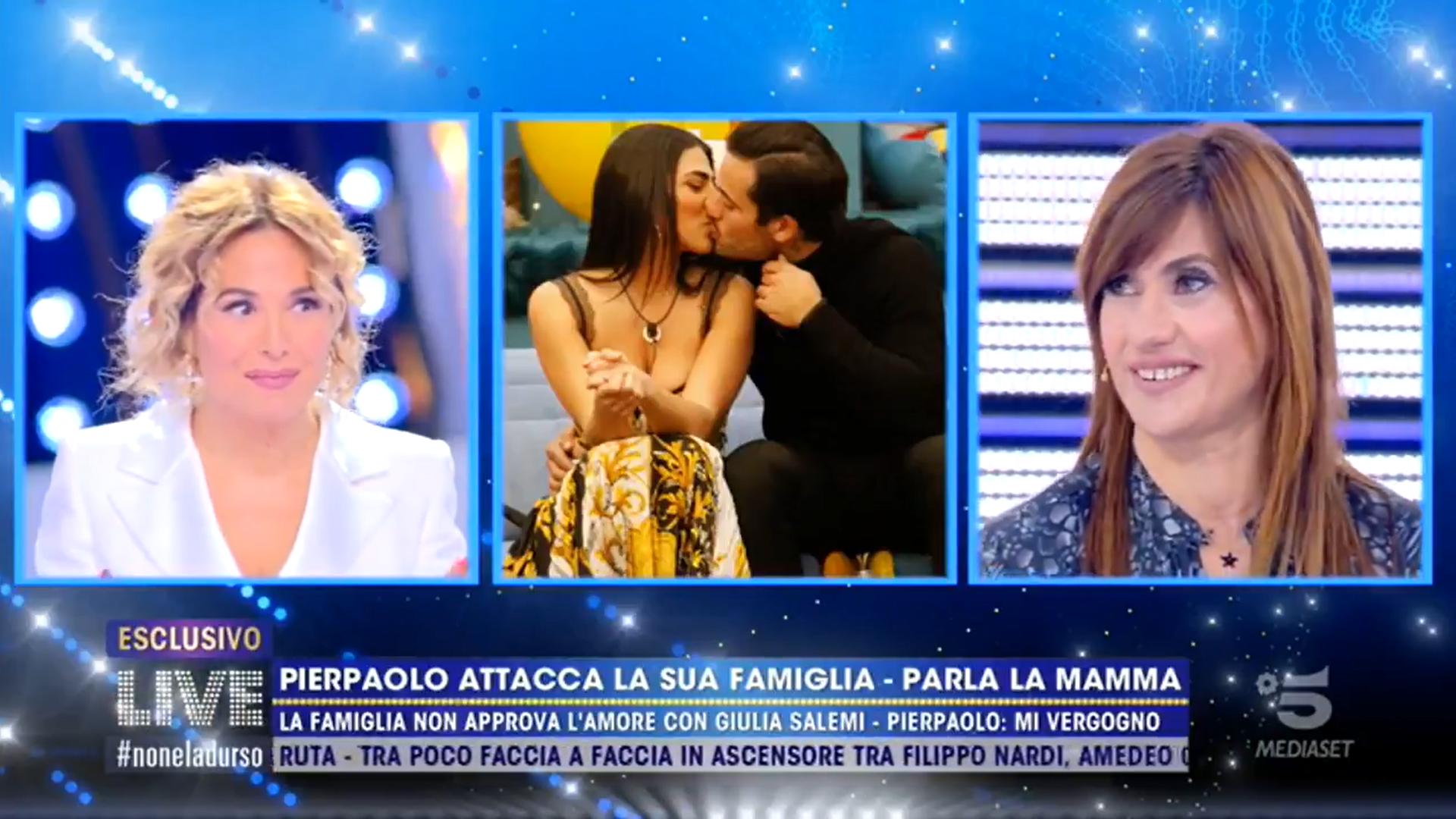 """Live non è la d'Urso, mamma di Pierpaolo Pretelli: """"contento lui"""""""
