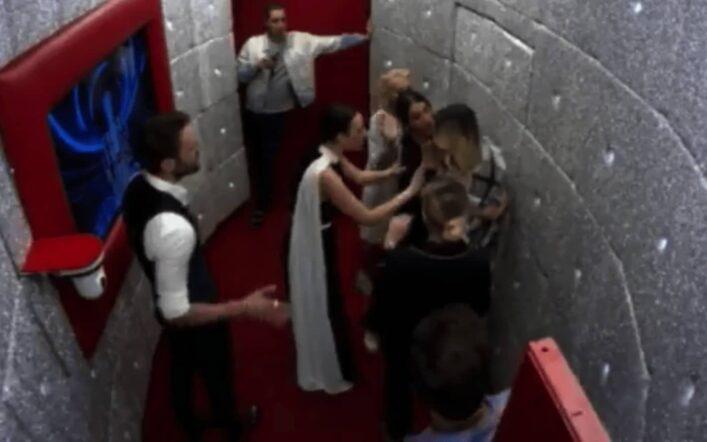 Stefania Orlando in crisi cerca di fuggire dalla porta rossa: caos nella casa (VIDEO)