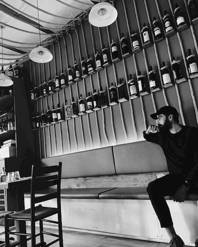Mario Serpa dentro il locale Piccola Cucina a New York