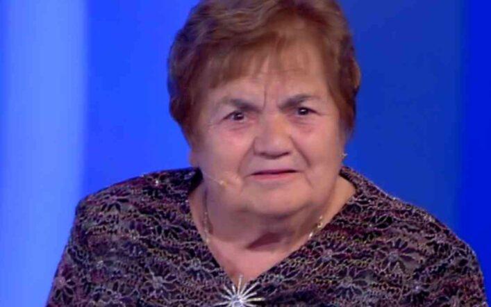 C'è posta per te, la signora Sarina perde la dentiera, ma in tv la scena non va in onda (Video)