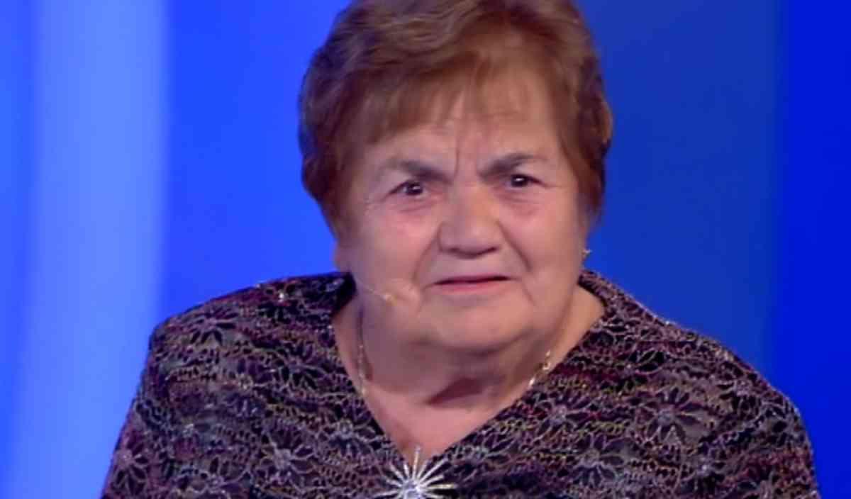 C'è posta per te |  la signora Sarina perde la dentiera |  ma in tv la scena non va in onda Video