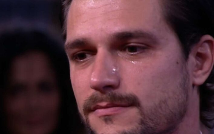 """Andrea Zelletta incontra il padre e scoppia a piangere: il """"comodino"""" è diventato """"armadio"""" (Video)"""