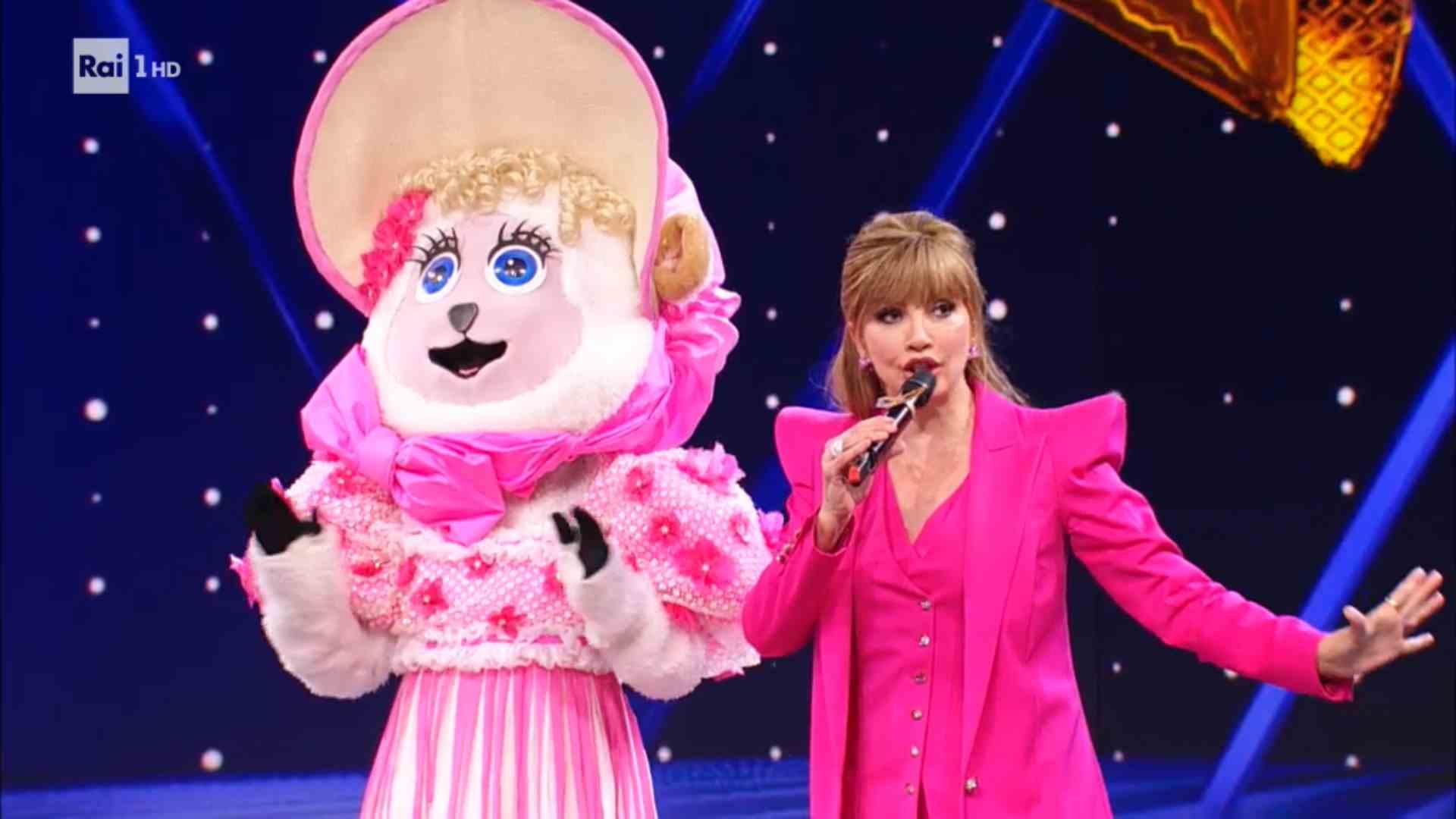 Il Cantante Mascherato, svelata l'identità della Pecorella: ecco chi è (video)