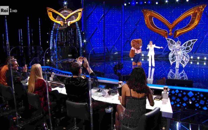 Il Cantante Mascherato, secondo eliminato non svelato dalla Carlucci: il motivo