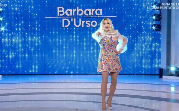 Domenica In, De Lucia imita la D'Urso e allude alla chiusura di Non è la D'Urso